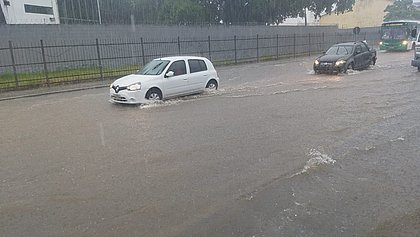 VÍDEOS: Chuva alaga ruas e inunda posto de saúde em Salvador