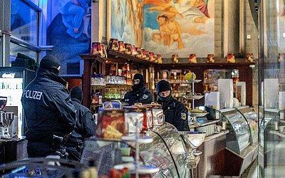 Policiais invadem um café em Duisburg, Alemanha Ocidental, na busca de cerca de 90 pessoas suspeitas de pertencerem  à máfia do narcotráfico Ndrangheta do sul da Itália.