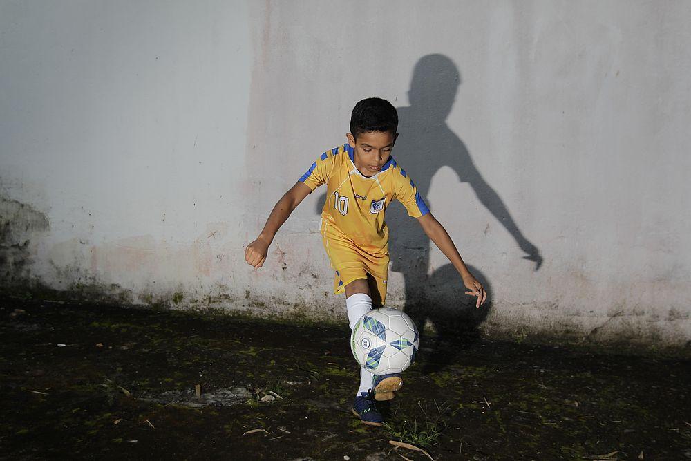 Kadu entrou na escolinha de futebol aos cinco anos de idade (Foto  Arisson  Marinho CORREIO) 8448cbd989d0c