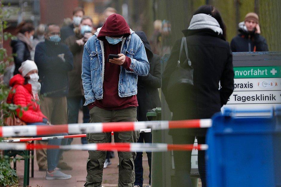 Em Berlim, moradores usam máscaras