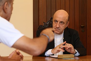 Dom Murilo faz mediação entre governo e professores estaduais em greve, em 2012