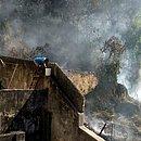 Moradores tentaram apagar o fogo utilizando escadas e baldes com água