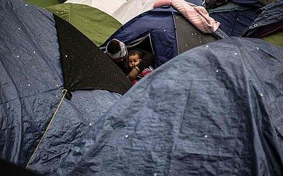 Acampamento improvisado de refugiados em Porte d'Aubervilliers, Paris.