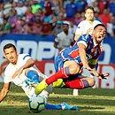 Gilberto em lance com jogador do Fortaleza