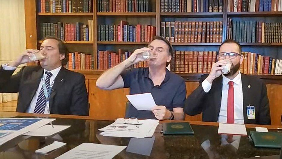 Copo de leite faz Haddad acusar Bolsonaro de 'brindar supremacistas brancos'; entenda