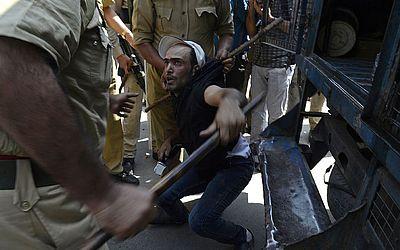 Protesto anti-governamental em Srinagar, na Caxemira. A polícia usou canhões de água e deteve  dezenas de professores que exigiam do governo aumentos no salário e regularização da sua atividade.