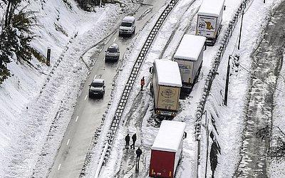 Neve bloqueia rodovia perto de Firminy, no Loire, centro-leste da França.