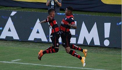 Gabriel Santiago e Samuel comemoram gol do centroavante no primeiro clássico da temporada