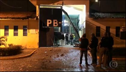 Quase 100 presos fogem de presídio de segurança máxima, na Paraíba