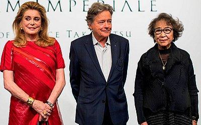 Os vencedores do 30º Praemium Imperiale , a atriz e arquitetos franceses, Catherine Deneuve (E) e Christian de Portzamparc (C) e a escultora japonesa Fujiko Nakaya (D)  em Tóquio.
