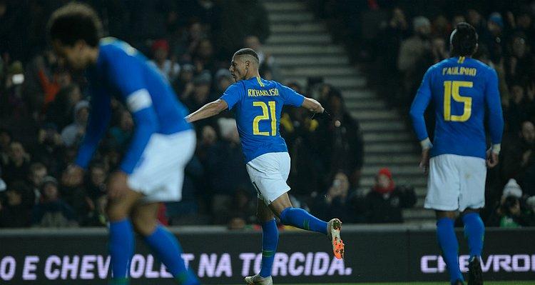 Neymar se machuca, Richarlison marca e Brasil vence Camarões