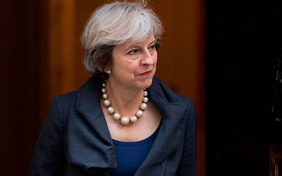 May vence moção de desconfiança no Parlamento por 325 votos a 306