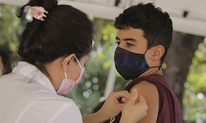 Rio de Janeiro decide manter vacinação de adolescentes de 14 anos
