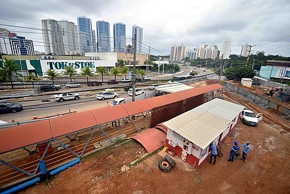 Avenida Tancredo Neves tem desvio no trânsito por conta de obras