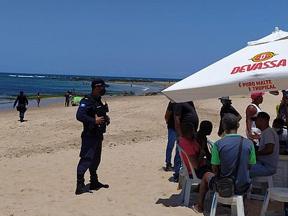 Guardas estão orientando os banhistas a deixarem as praias