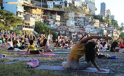 Yoga para todos os corpos: aula no MAM reúne cerca de 100 pessoas