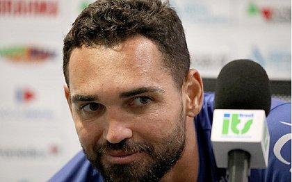 Gilberto exaltou a qualidade de Daniel Alves reforçou convite para que o lateral atue no Esquadrão