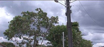 Três pessoas morrem eletrocutadas ao tentar trocar bandeira em poste em Feira
