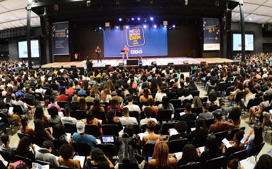 4 mil estudantes participam de revisão para o Enem