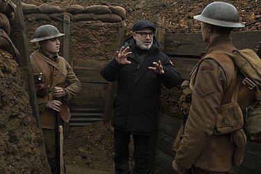 O diretor Sam Mendes orientando os protagonistas