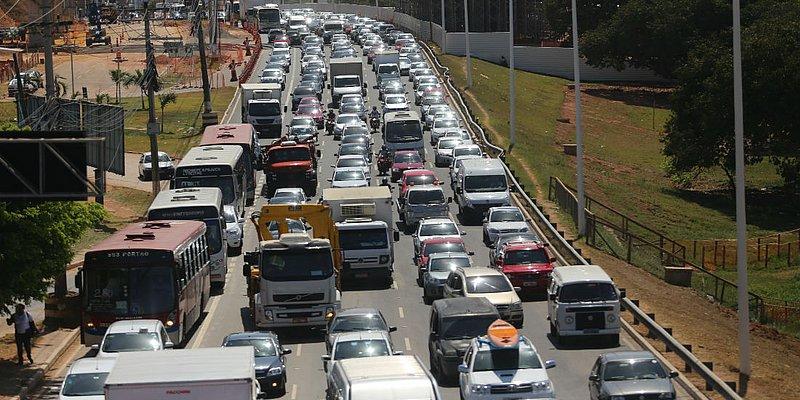 Acidente com viatura deixa quatro feridos na Avenida Paralela