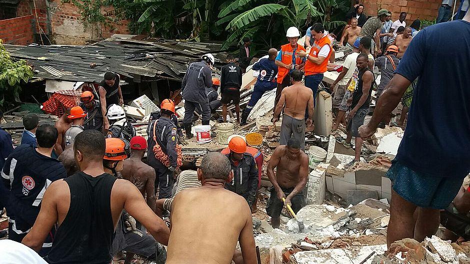 Imóvel desaba e deixa vítimas soterradas após chuva forte em Pituaçu