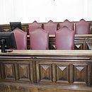 Poltronas que serão ocupadas pelos sete jurados durante o julgamento da médica