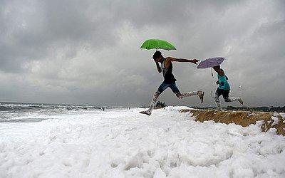 Praia cheia de espuma causada pela poluição em Chennai, na ìndia.