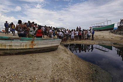 Pescadores do Subúrbio protestam contra derramamento de esgoto na Praia de Tubarão