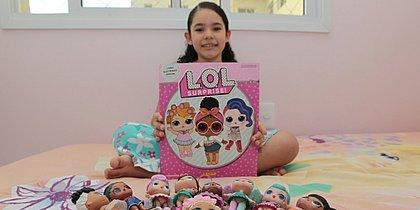 Colecionadora de bonecas LOL, Nathália, 8, segura álbum que será encartado no CORREIO: presente garantido na quinta-feira (4)