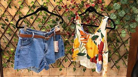 Blusa estampada e short jeans (Elvira Ribeiro - Shopping Itaigara) por R$ 69 cada peça