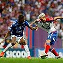 Artur em lance com Cacá, do Cruzeiro