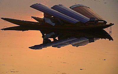 Barcos ao por do sol no Lago Dal em Srinagar.
