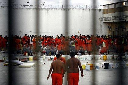 Governo Bolsonaro quer presídios onde presos trabalham e arcam com custos