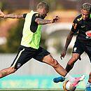 Daniel Alves e Neymar serão titulares contra a Bolívia
