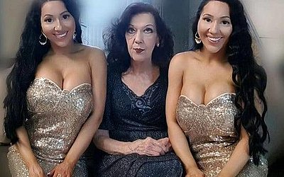 As gêmeas com a mãe, com quem dividem a casa junto com o namorado