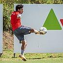 Alisson Farias chuta a bola durante treino do Vitória na Toca do Leão