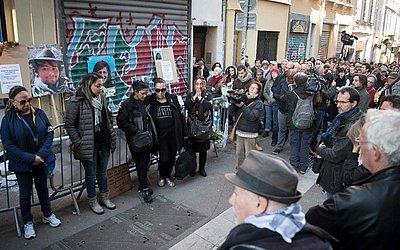Parentes das vítimas e moradores da Rue d'Aubagne em Marselha se reúnem para homenagear as 8 vítimas que morreram no desabamento de dois edifícios há um mês no sul da França.