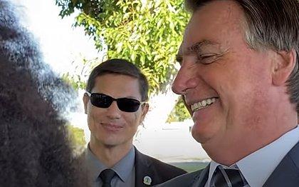 Bolsonaro fala para apoiador com cabelo black power: 'Tô vendo uma barata'