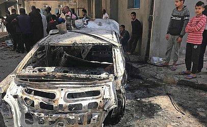 Líbios verificam os estragos de uma noite de bombardeios em Trípoli.