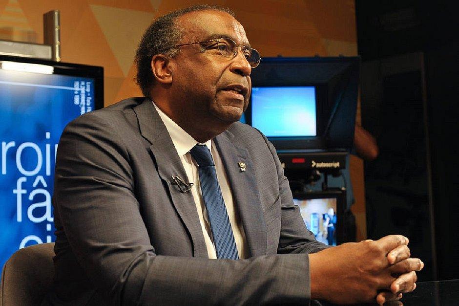 Ministro da Educação nega plágio e diz que segue no cargo