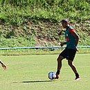 Everton Sena em um lance de treino no Barradão