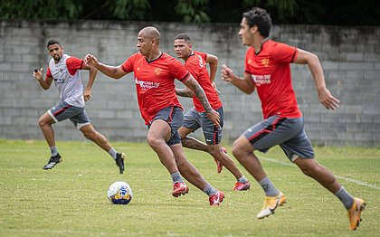 Walter conduz a bola durante treinamento na Toca do Leão
