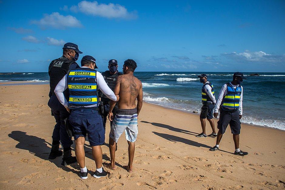 Operação retira banhistas da água e da faixa de areia em Amaralina