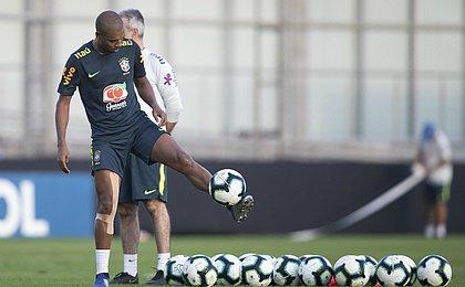 Coutinho defende volta de Fernandinho à seleção: 'Líder do grupo'