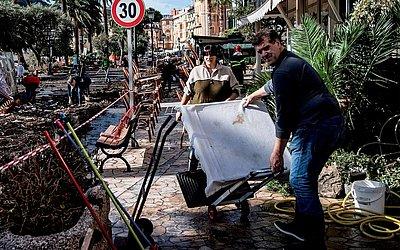 Rua do porto de Rapallo, perto de Gênova, depois de uma tempestade que atingiu a região,  destruiu uma parte da barragem e causou nove mortos na Itália.