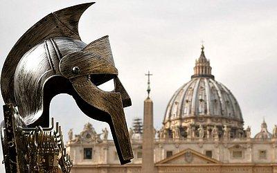Réplica de um capacete romano antigo é exposta por um vendedor ambulante no Vaticano.