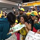 Andressa Alves autografa cartaz feito por torcedora