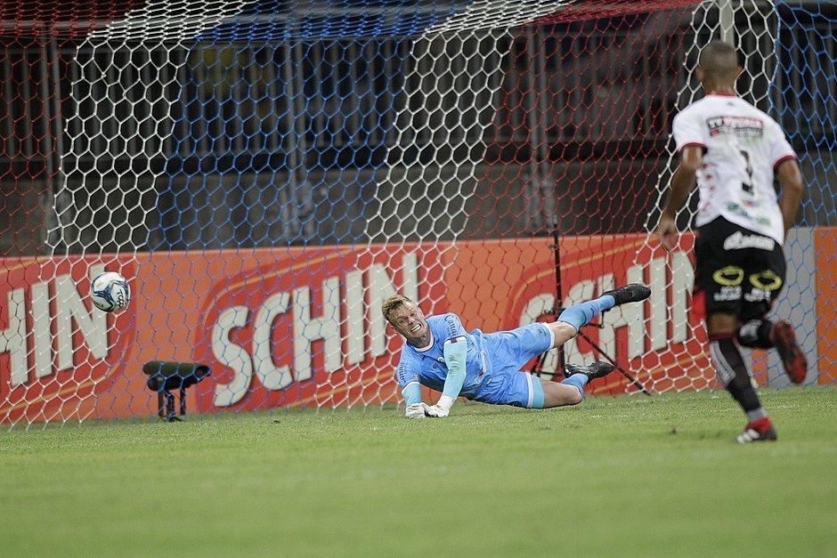 Douglas não segura o chute de Carleto no primeiro gol do Vitória