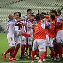Jogadores do Bahia festejando um dos gols diante do Fortaleza